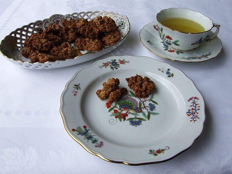 Haferflockenhäufchen und grüner Tee dazu