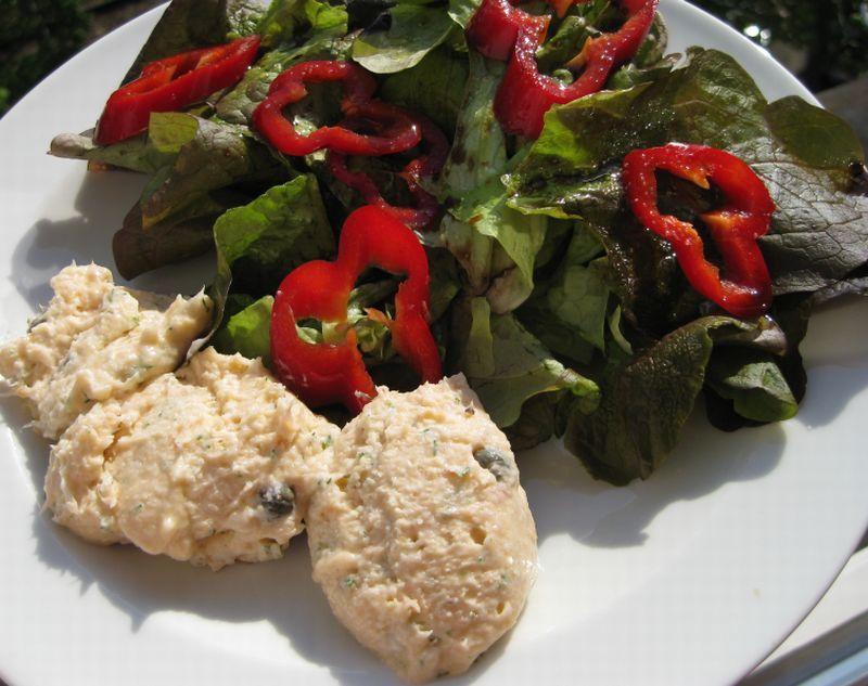 Lachscreme an Salat der eigenen Wahl