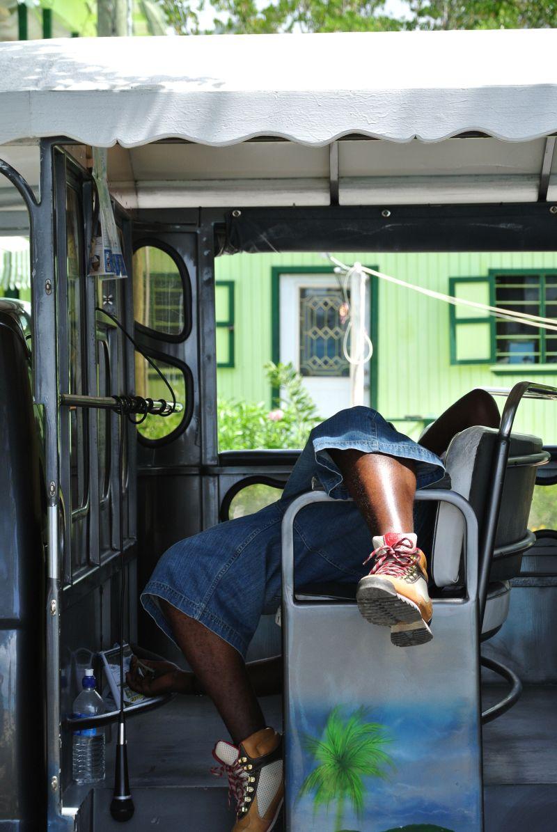 Schlafender Taxifahrer auf St. Johns Antigua