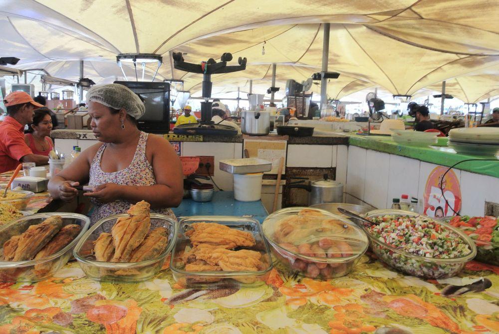 Die Köchin auf dem Markt in Brasilien