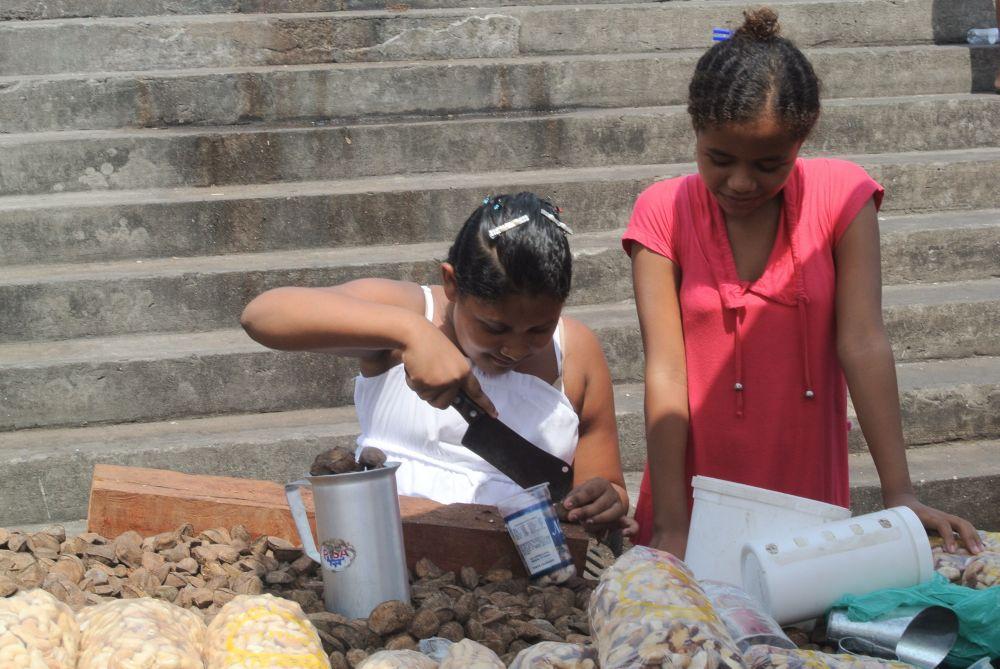 Nußhackermädchen auf dem Markt