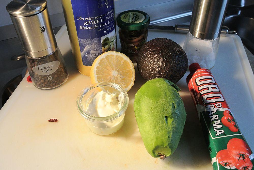 Avokado, Olivenöl, Sardellen, Zitrone, Tomatenmark und Gewürz