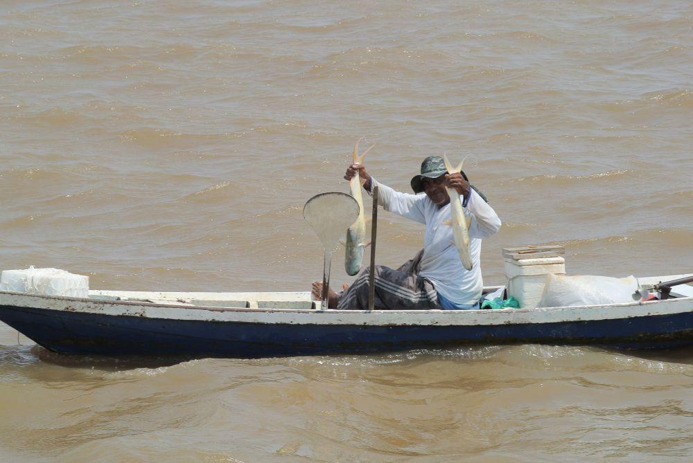 Der Stolz des Fischers auf dem Amazonas