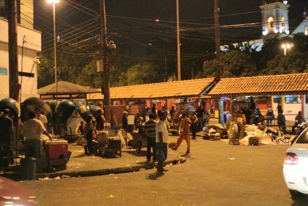 Hafenviertel von Manaus bei Nacht