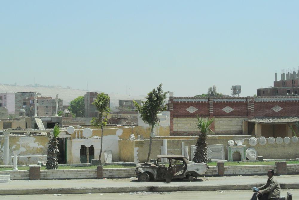 Straßenszene in Kairo mit zerstörtem Fahrzeug