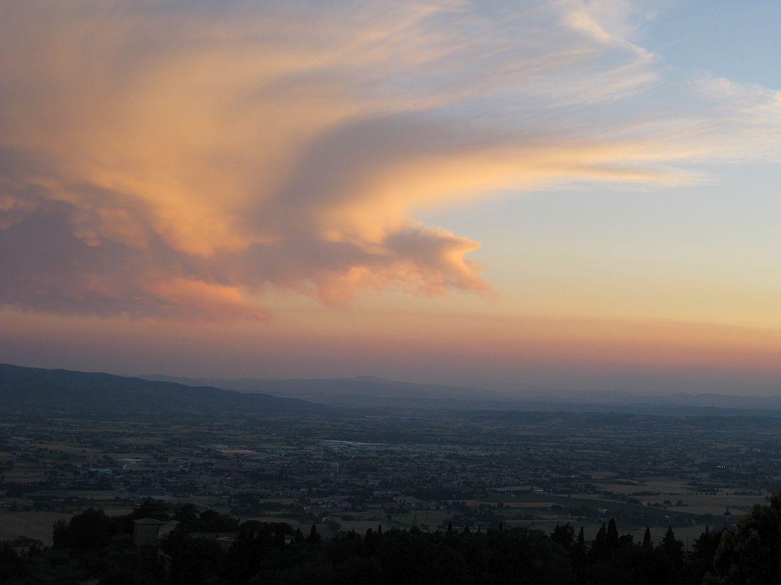 Wolkenwirbel über italienischer Landschaft