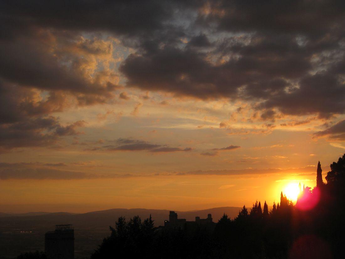 Asissi Sonnenuntergang mit Siluette der Stadtmauer