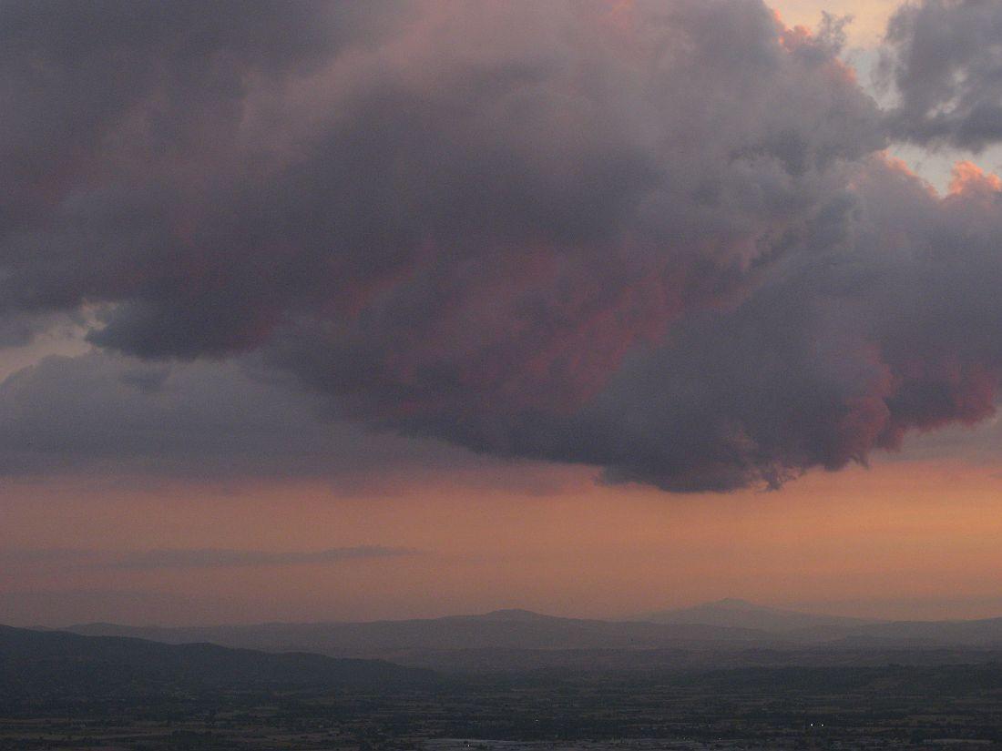 Schwere Gewitterwolke über italienischer Landschaft