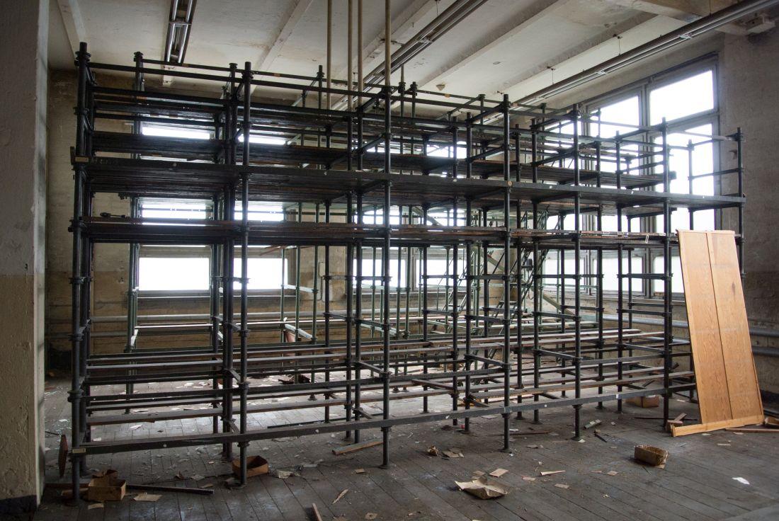 Materieallager in einer verlassenen Fabrik