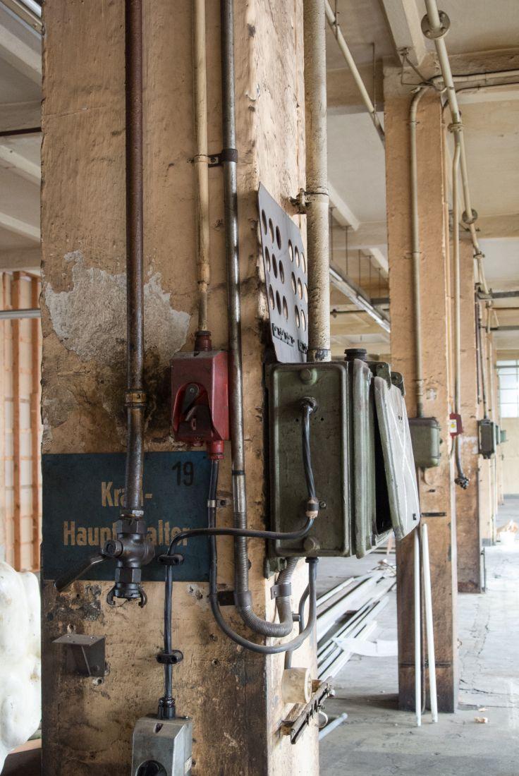 Komplexe Insallation in einer alter Maschinenhalle