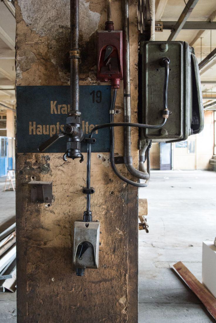 Pittler-Werkzeugmaschinenfabrik Leipzig-Wahren Pfeiler mit Installation