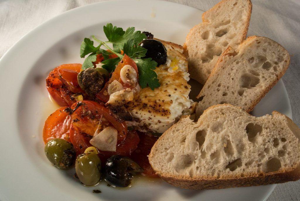 Überbackener Schafskäse auf Tomaten mit Oliven Knoblauch und Peperoni