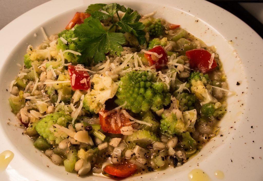 Gemüsesuppe mit Romanesco und Hülsenfrüchten