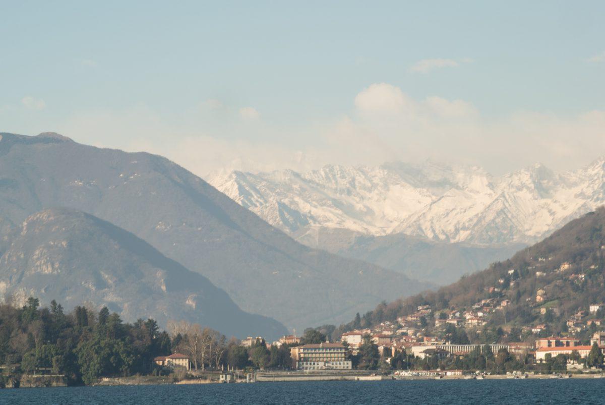 Blick vom Lago Maggiore auf die schneebedeckten Alpen
