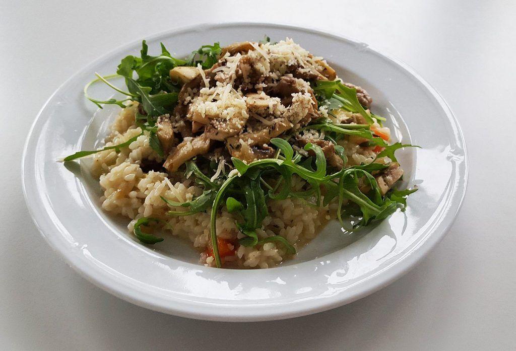 Risotto mit Salsicca, Wildschweinssalami und Champignons Rucola