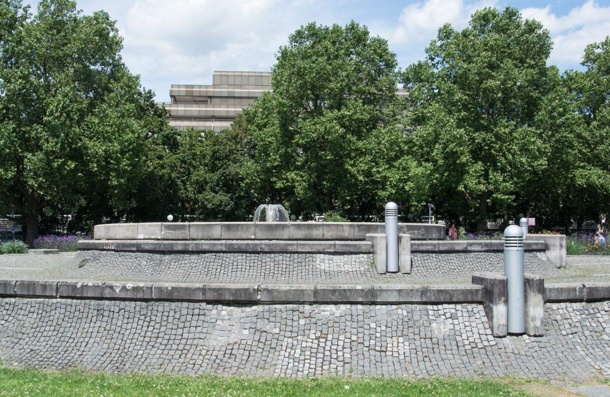 Ein sehr ernstes Wasserspiel vor dem Badischen Staatstheater zu Karlsruhe