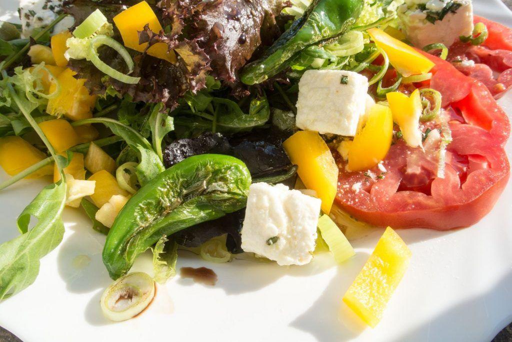 Salat mit eingelegtem Schafskäse