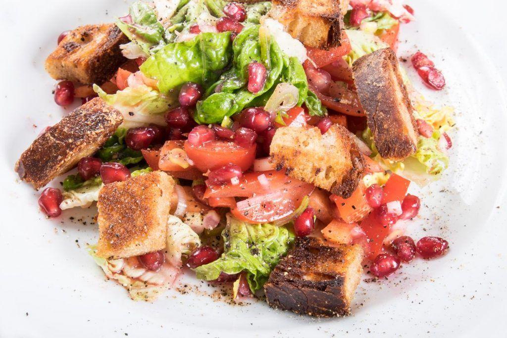 Brotsalat mit Granatapfel und Cubeben Pfeffer