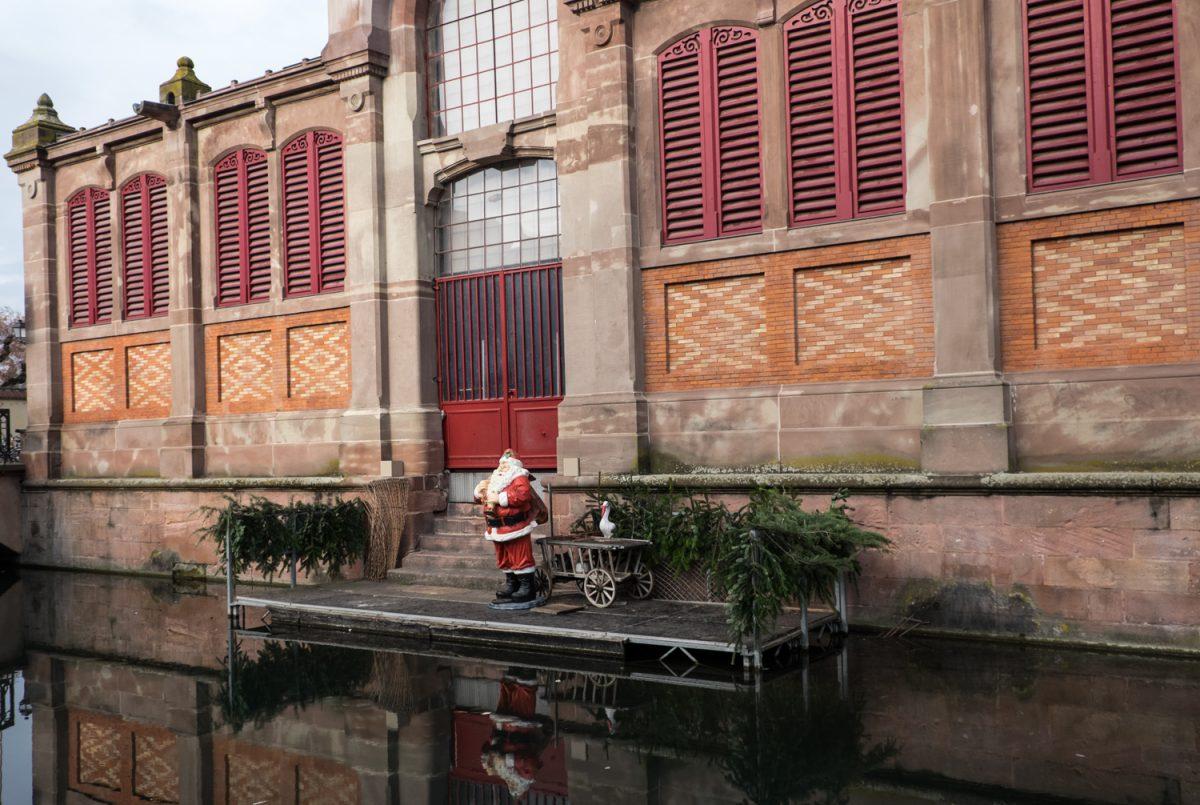 Die Markthalle von Colmar mit Weihnachtsmann