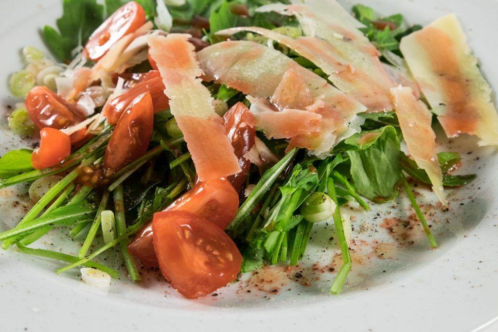 Rucola Salat mit gehobeltem Parmesan
