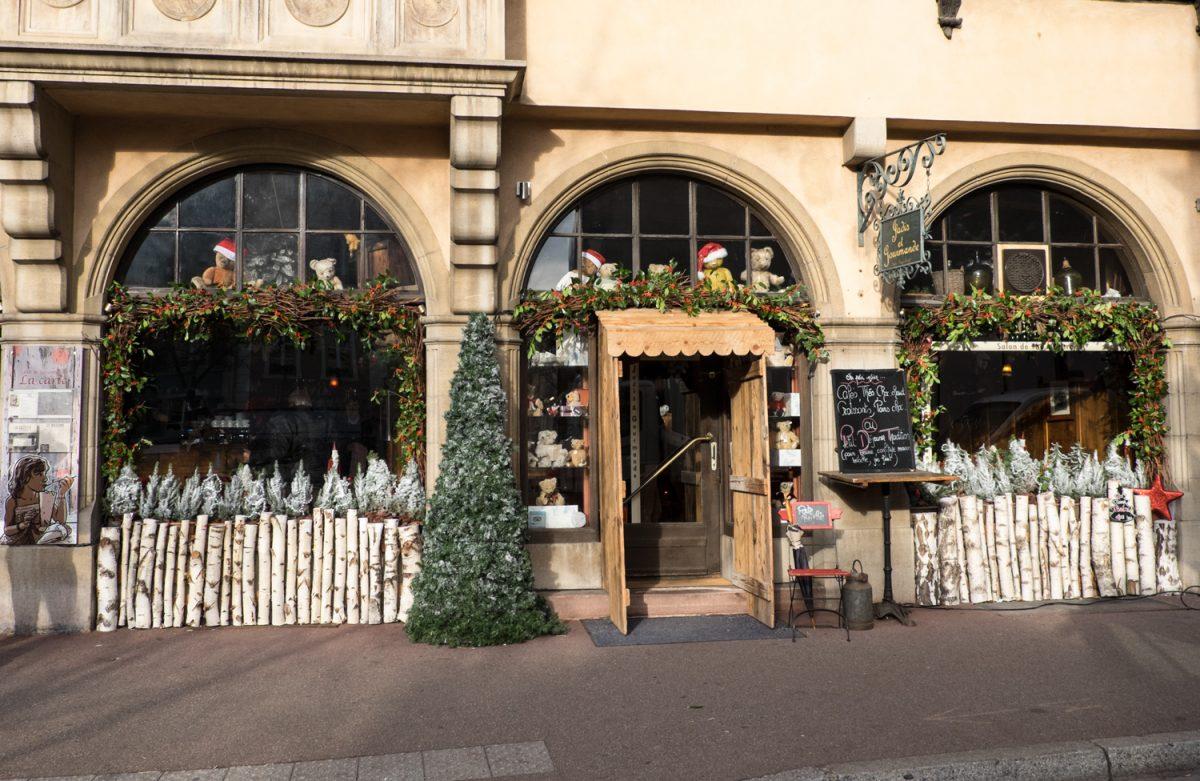 Weihnachtlich geschmücktes Geschäft in Colmar