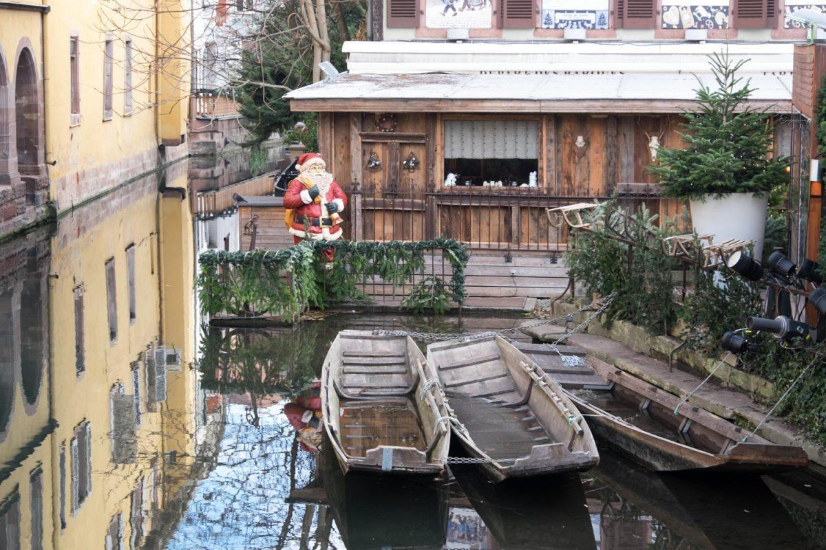 Weihnachtsmann am Kanal