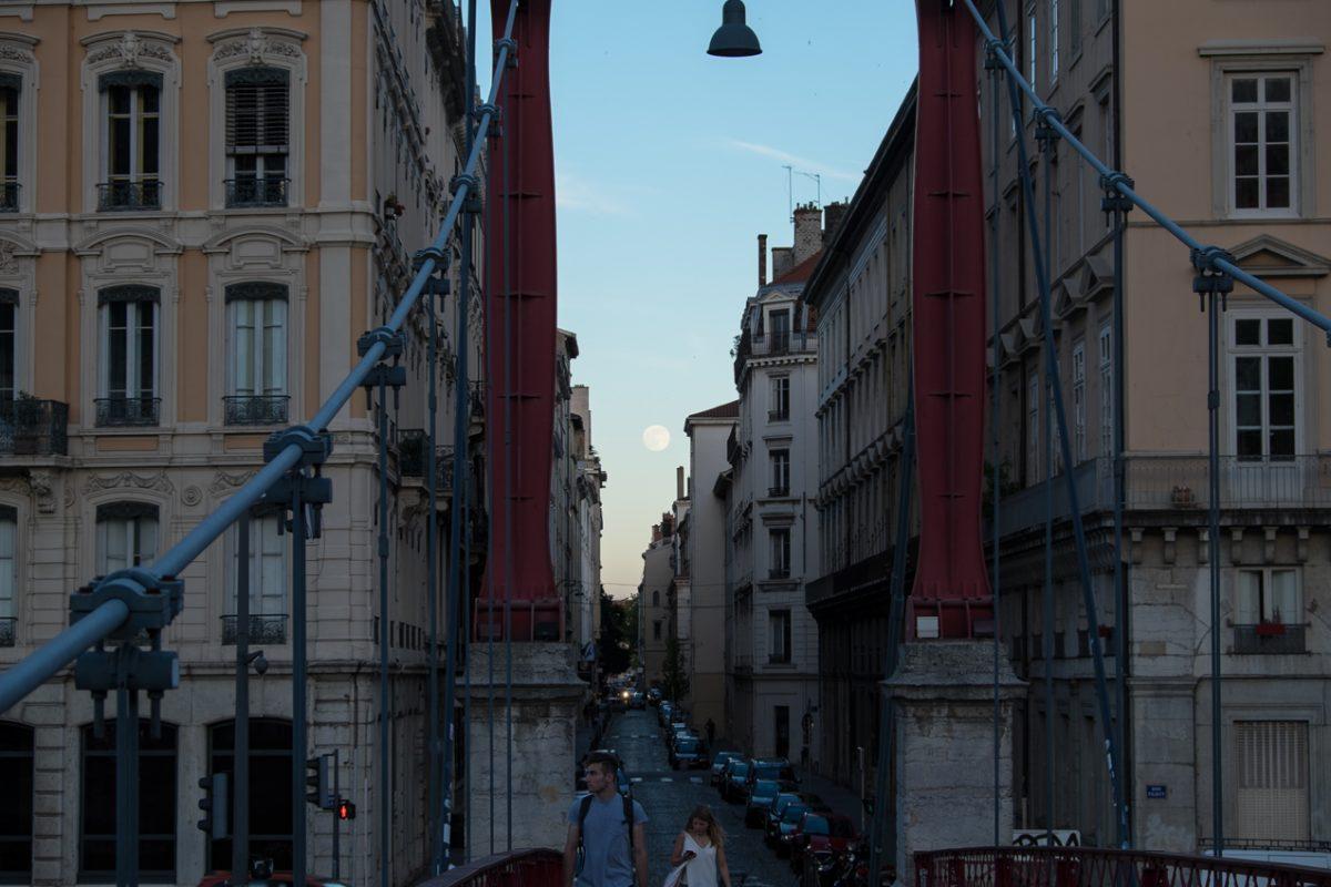 Vollmond über Lyon an einem Sommerabend