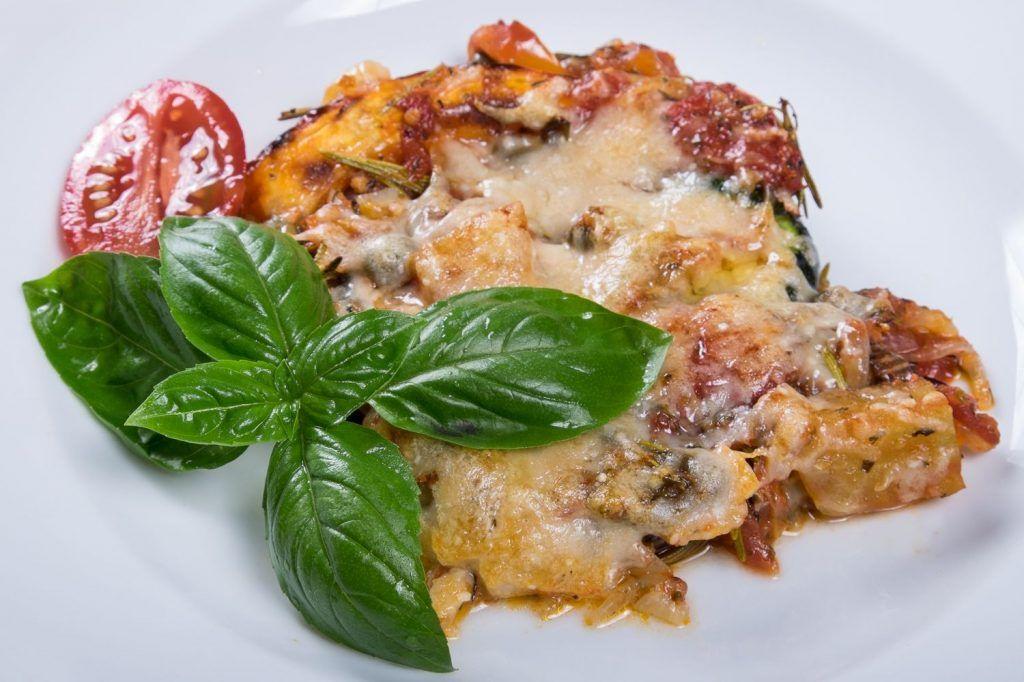 Das Kürbisgratin mit Zucchini und Aubergine ist nicht nur schmackhaft, sondern auch vegetarisch.