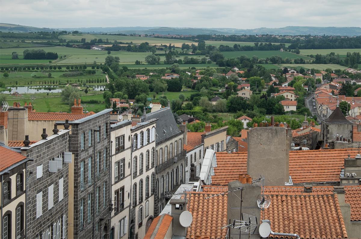 Riom mit Landschaft vom Glockenturm aus gesehen