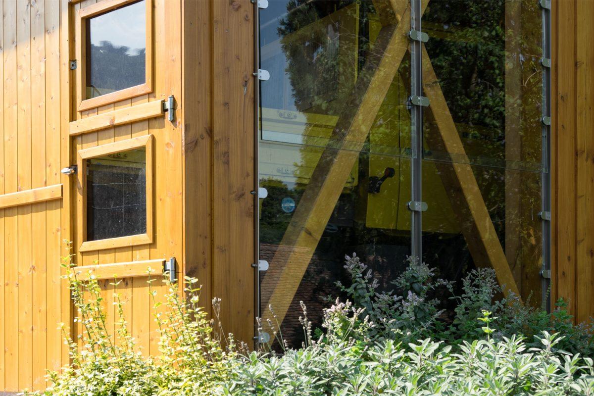 Garage für einen gelben Unimog in Loffenau