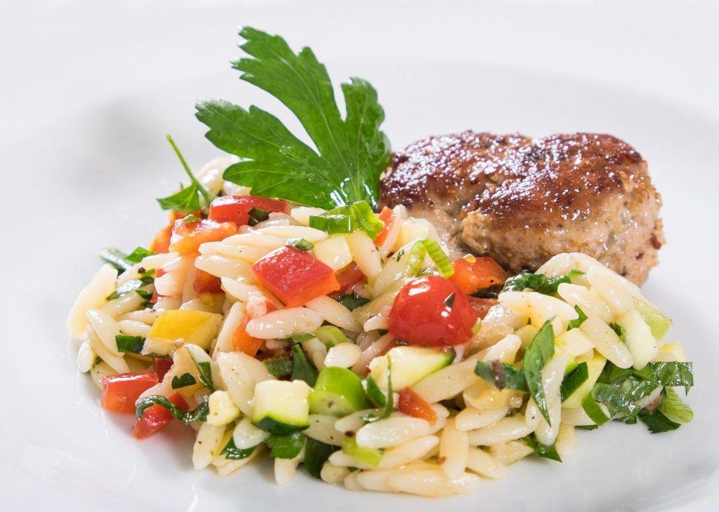 Kritharaki Salat mit Salzzitrone und Fleischbällchen