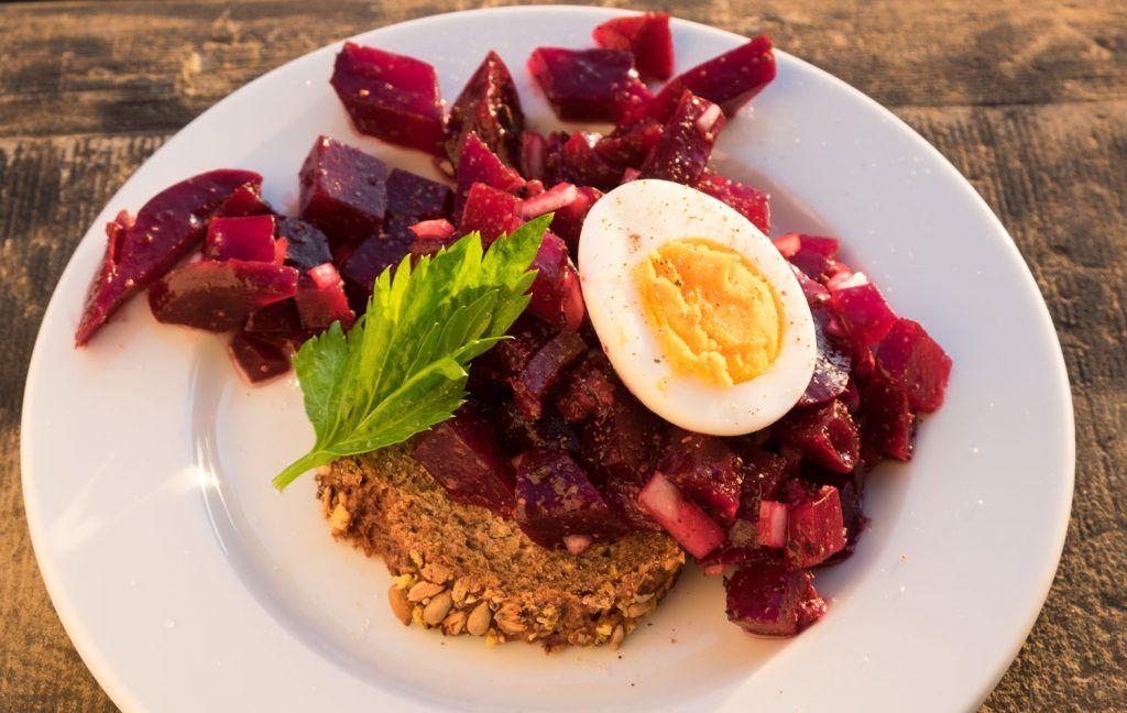 Rote Bete Salat und Sardellen mit Ei