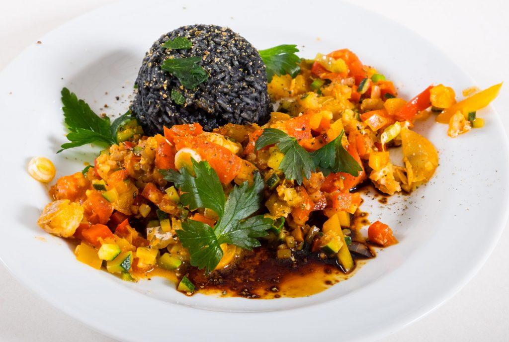 Asiatische Fisch Gemüsepfanne mit schwarzem Reis