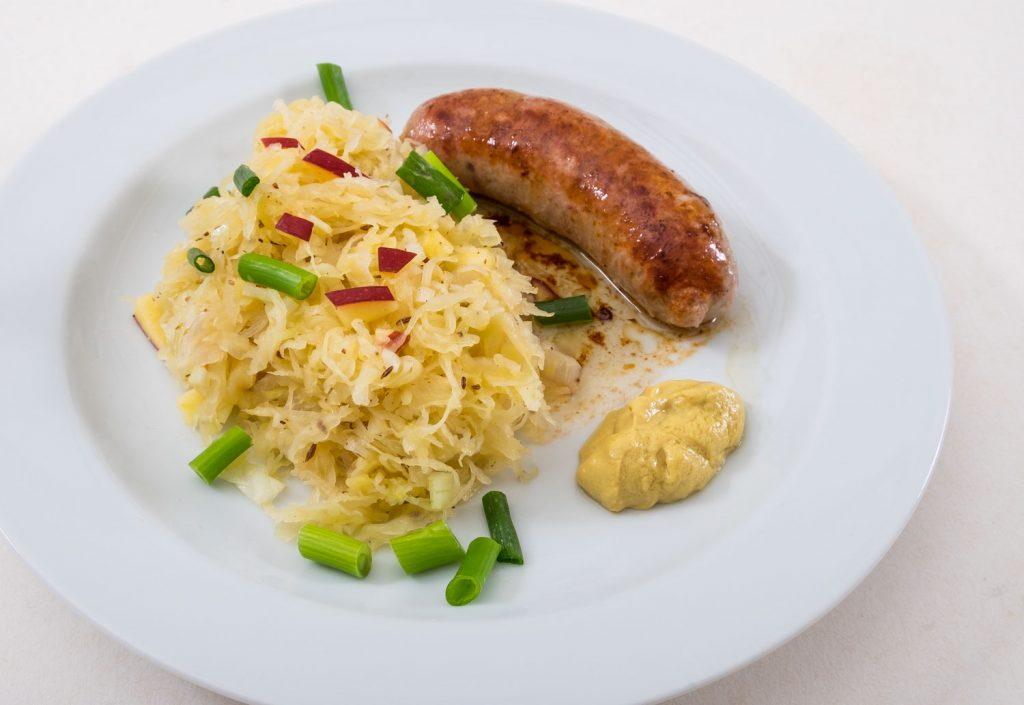 Sauerkrautsalat mit Apfel und Bratwurst ein herzhaftes Sommeressen