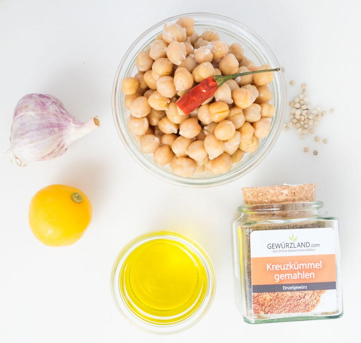 Die Zutaten für Hummus mit Salzzitrone auf Küchenbrett
