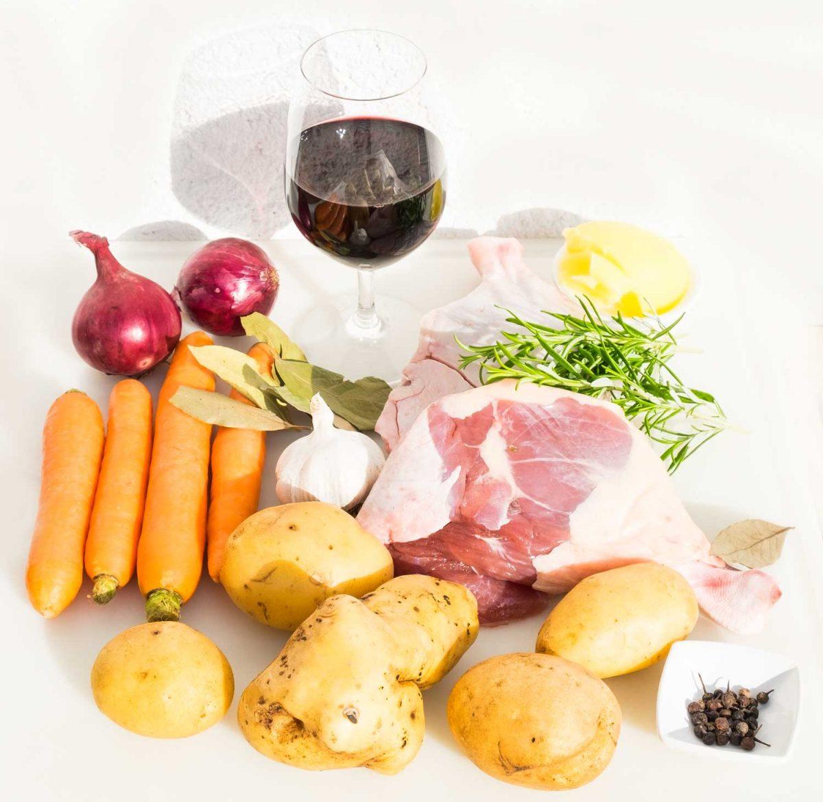 Entenkeule Karotten Zwiebeln Knoblauch Lorbeer und ein Glas Wein
