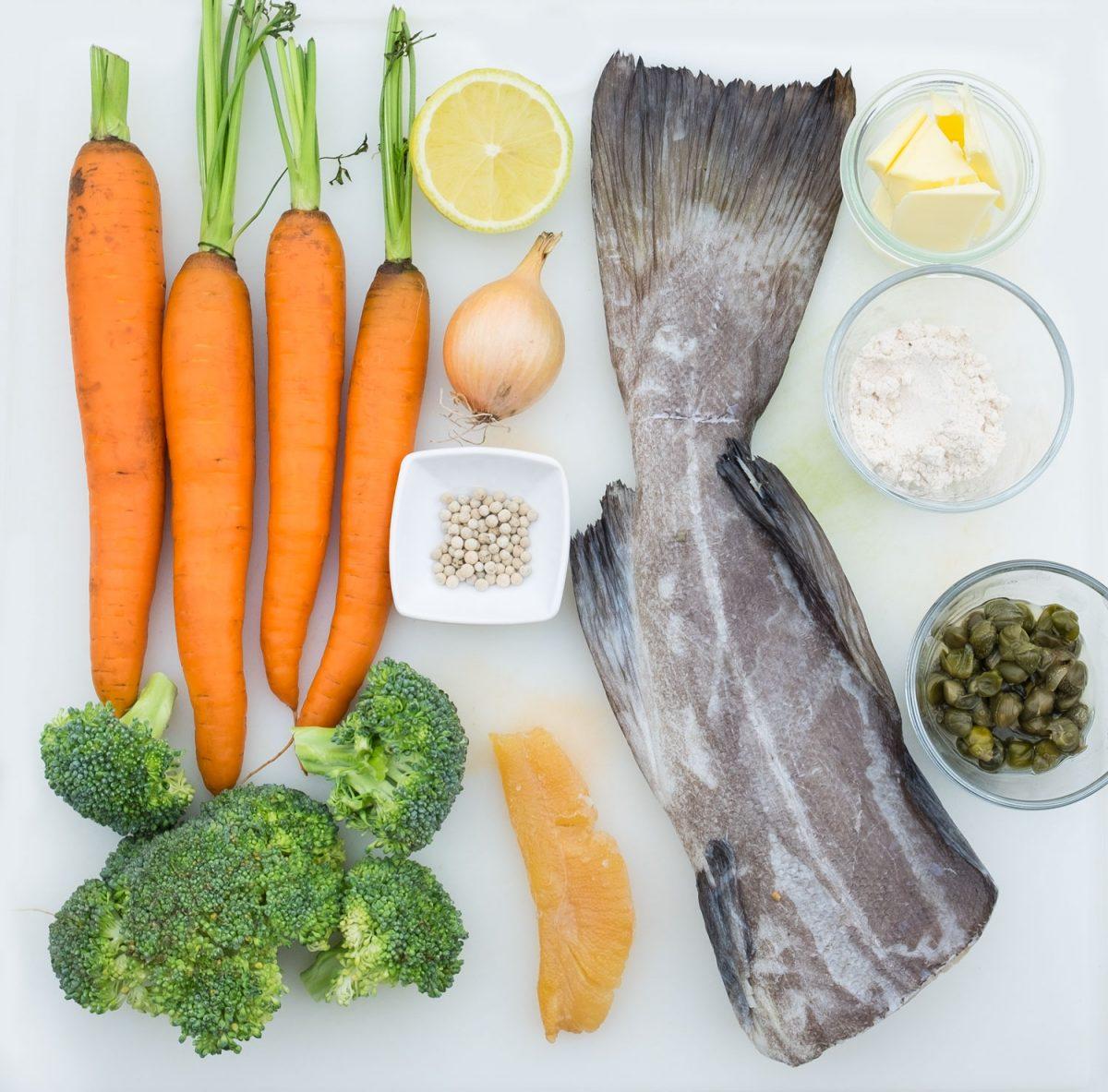 Kabeljau Möhren Brokkoli und Gewürze auf Küchenbrett